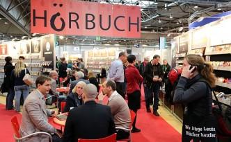 Auf der Leipziger Buchmesse geht es seit Jahren auch um digitale-Buchformen, wie eBooks, Hörbücher und Apps. Im Zentrum stehen allerdings auch weiterhin gedruckte Bücher und deren Autoren (Foto: Messe Leipzig)