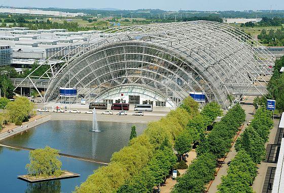 Die Glashalle auf dem Messegelände der Messe Leipzig ist nicht nur das Herzstück der Anlage, sie ist auch ausgesprochen attraktiv und passt sehr viel besser zum Thema Design, als eine Messehalle (Foto: Messe Leipzig)