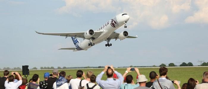 Luftfahrt hautnah erleben: Ein Airbus A350 hebt bei der ILA 2014 ab (Foto: Messe Berlin GmbH/H.Scherhaufer)