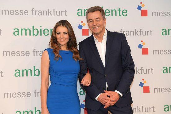"""Schauspielerin, Model und Geschäftsfrau Elizabeth Hurley ging mit Detlef Braun, Geschäftsführer der Messe Frankfurt, """"Power Shopping"""" auf der Ambiente 2017 (Foto: Messe Frankfurt)"""